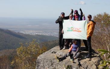 Флаг «ЭКОСПАС» на вершине горы
