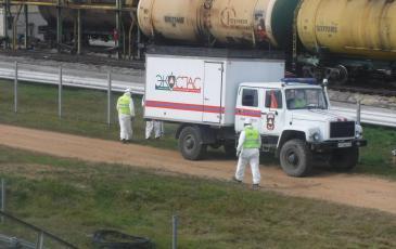 Спасатели Приморского центра «ЭКОСПАС» разгружают оборудование