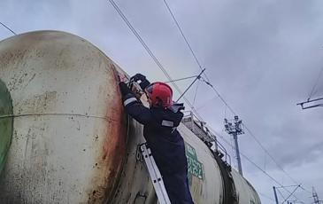 Спасатель за работой по локализации течи на ж/д цистерне