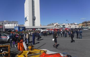 Гости и жители г. Владивосток на выставке пожарно-спасательной техники