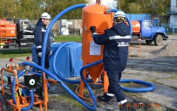 Спасатели Калининградского центра подготавливают вакуумное нефтесборное устройство