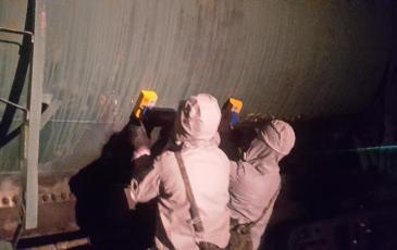 Спасатели Амурского ТП устанавливают магнитно-герметизирующее устройство на пробоину в цистерне