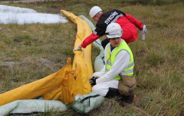 Личный состав ЦАСО локализует место разлива с заполнением бонового заграждения водой