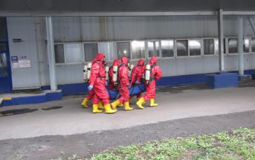 Спасатели Уфимского ТП эвакуируют  пострадавшего из аварийного цеха «Пивоварня Москва-Эфес»