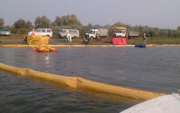 Установка боновых заграждений для локализации разлива нефти