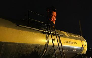 Спасатель ЦАСО обследует место ЧС