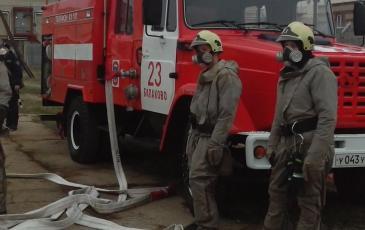 Пожарный расчет в готовности на случай возгорания нефтепродуктов