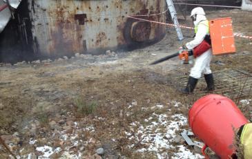 Нанесение сорбента на условное место розлива нефтепродукта при помощи сорбенторазбрасывателя