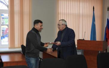 Мэр Поронайского городского округа Александр Радомский вручает награду