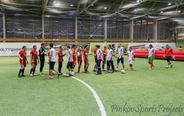 Команды финалисты приветствуют друг друга