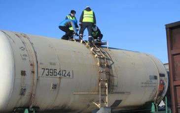 Вскрытие крышки заливной горловины в присутствии представителя грузоотправителя и сотрудника ведомственной охраны