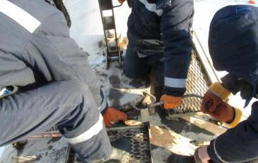 Открытие крышки верхней горловины аварийной цистерны
