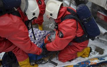 Включение обнаруженного пострадавшего в спасательное устройство с целью защиты органов дыхания