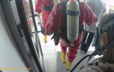 Эвакуация пострадавшего из офисного здания