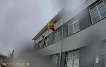 Эвакуация пострадавшего с крыши офисного здания