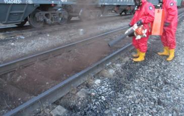 Обработка сорбентом загрязненных участков железнодорожного полотна