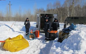 Разгрузка оборудования спасателями