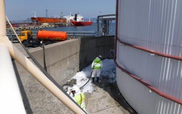 Спасатели Приморского ТП-Хабаровского центра «ЭКОСПАС» собирают условный розлив нефтепродуктов