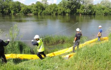 Подготовка к протяжке бонов на другой берег реке Белая по направляющей