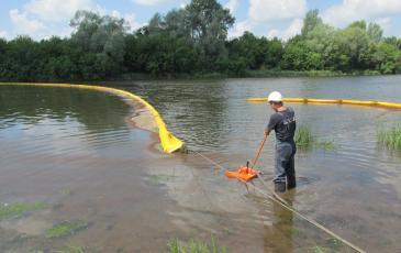 Сбор с водной поверхности «разлившегося нефтепродукта»