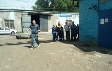 Начальник ПАСФ объясняет сотрудникам о действии спасателей