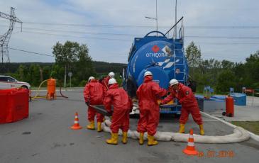 Механический сбор условных остатков нефтерозлива после обработки сорбентом