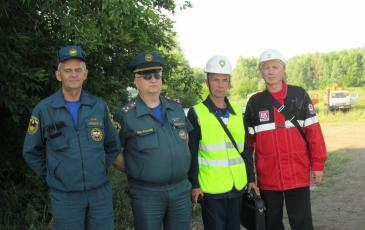 Памятное фото с представителями МЧС и руководителем учений
