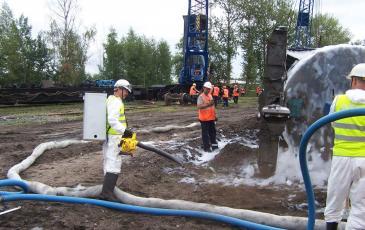 Обработка сорбентом место разлива нефтепродуктов