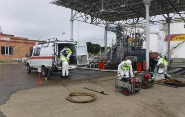 Спасатели «ЭКОСПАС» разгружают оборудование в зоне проведения учений