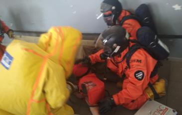 Включение пострадавшего в спасательное устройство КО спасателем № 1