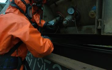 Установка тарельчатого вентиля на запорной арматуре в рабочее положение