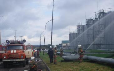 ДПД и силы МЧС проводят тушение и ликвидацию пожара