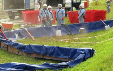 Распыление сорбента на место разлива
