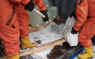 Обработка места разлива кальцинированной содой