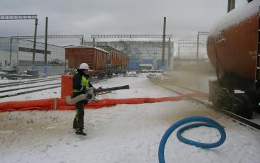 Работы по распылению сорбента возле емкости