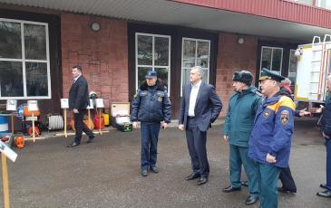 Сергей Аксенов осматривает технику Крымского ТП