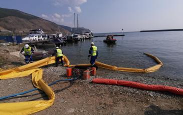 Ограждение зоны ЧС заградительными плавучими бонами