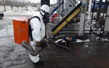 Распыление сорбента на территории нефтебазы РН-Тверь