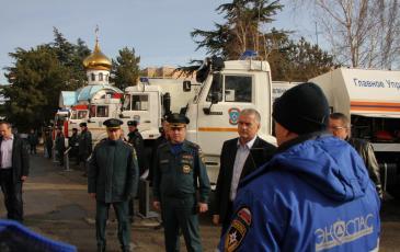 Сергей Аксенов на выставке аварийно-спасательного оборудования