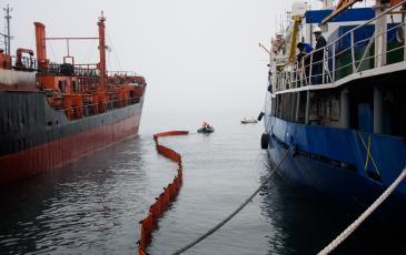 Установка боновых заграждений на море