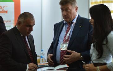 Неформальное общение участников конференции у стенда «ЭКОСПАС»