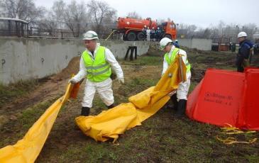 Спасатели разворачивают береговые боны