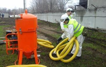 Спасатели Юдин А. А. и Макаров П. А.готовят к работе ВНУ-1