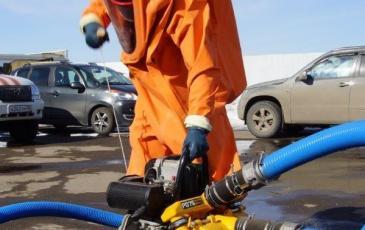 Газоспасатель Юдин А. А. работает с перекачивающим насосом PD-75