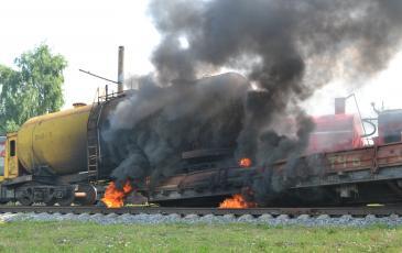Цистерна сошла с рельс и получила повреждения, вследствие чего произошёл разлив и возгорание нефтепродуктов