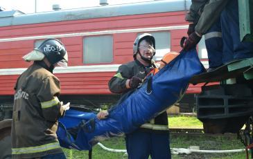 Эвакуация пострадавших из пассажирского вагона