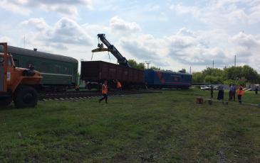 Специалисты аварийно-восстановительного поезда возвращают платформу на рельсы