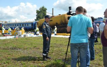 Заместитель командира отряда Иван Шумаков даёт интервью РЖД-ТВ об итогах учений