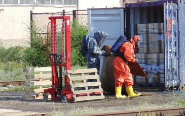 Спасатели «ЭКОСПАС» выстраивают дорогу из поддонов, застеленных фанерой