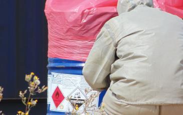 Повреждённая бочка подготовлена для транспортировки и последующей утилизации